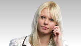 Счастливая белокурая женщина на телефоне 2 акции видеоматериалы