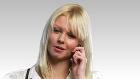 Счастливая белокурая женщина на телефоне видеоматериал