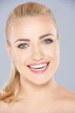 Счастливая белокурая женщина с испуская лучи зубастой улыбкой стоковая фотография rf