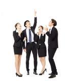 Счастливая бизнес-группа указывая и смотря вверх Стоковые Фотографии RF