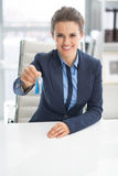 Счастливая бизнес-леди давая ключи Стоковая Фотография RF