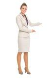 Счастливая бизнес-леди приглашая для того чтобы прийти стоковая фотография rf