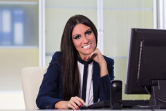 Счастливая бизнес-леди работая на компьютере Стоковая Фотография RF