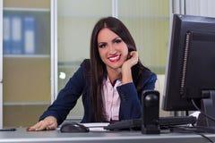 Счастливая бизнес-леди работая на компьютере Стоковые Фотографии RF