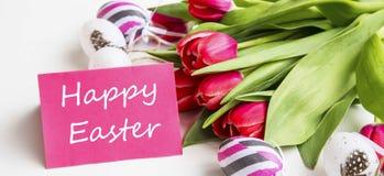 Счастливая бирка пасхи с deco букета тюльпанов весны и пасхальных яя Стоковые Фотографии RF