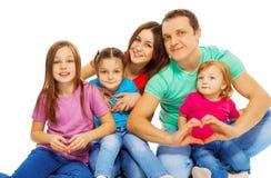 Счастливая большая молодая семья в пестротканых тройниках стоковая фотография rf