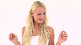 Счастливая блондинка держа шприц видеоматериал