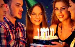 Счастливая вечеринка по случаю дня рождения друзей с тортами торжества свечи Стоковое Изображение