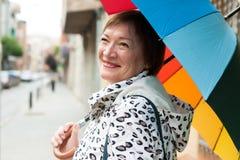 счастливая возмужалая женщина стоковое изображение rf