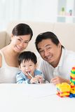 Счастливая въетнамская семья стоковое изображение