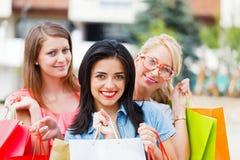 Счастливая влюбленность женщин ходя по магазинам совместно Стоковое Фото
