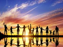 Счастливая группа в составе разнообразные люди, друзья, семья, объединяется в команду совместно