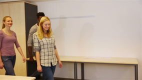 Счастливая группа в составе студенты подростка видеоматериал