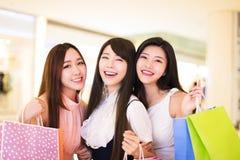 Счастливая группа женщины держа хозяйственные сумки Стоковые Изображения RF