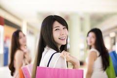 Счастливая группа женщины с хозяйственными сумками Стоковая Фотография
