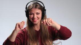 Счастливая девушка битника идя шальной любимой музыки видеоматериал