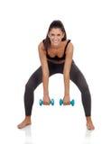 Счастливая девушка брюнет тонизируя ее мышцы стоковое изображение