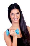 Счастливая девушка брюнет тонизируя мышцы стоковое изображение