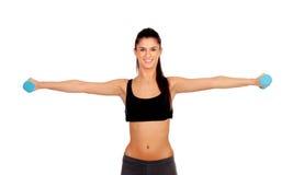 Счастливая девушка брюнет тонизируя мышцы стоковые изображения rf