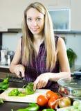 Счастливая девушка варя с овощами Стоковое Изображение