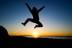 Счастливая девушка в заходе солнца Стоковые Изображения