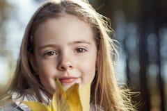 Счастливая девушка в осени листьев стоковые изображения