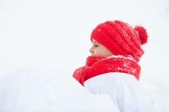 Счастливая девушка в снеговике костюмов идя в лес зимы, Стоковые Фотографии RF