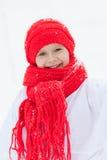 Счастливая девушка в снеговике костюмов идя в лес зимы, Стоковое фото RF