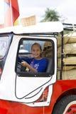 Счастливая девушка в старом автомобиле Стоковые Изображения