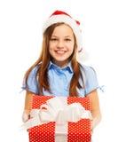 Счастливая девушка в шляпе Санты с большим подарком на рождество Стоковые Изображения RF