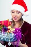 Счастливая девушка в шляпе santa с подарочными коробками Стоковое Изображение RF