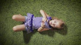 Счастливая девушка лежа с smartphone дома акции видеоматериалы