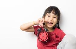 Счастливая девушка держит будильник на время обеда Стоковые Фотографии RF
