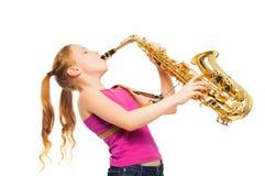 Счастливая девушка играя саксофон на белой предпосылке Стоковое фото RF