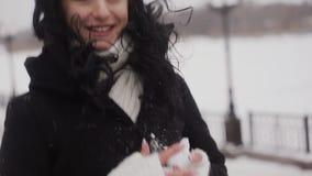 Счастливая девушка играя снежные комья сток-видео