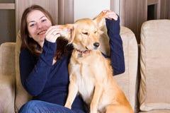 Счастливая девушка играя с собакой Стоковое Фото