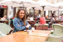 Счастливая девушка имея кофе Стоковые Фото