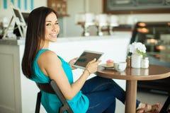 Счастливая девушка используя планшет Стоковая Фотография