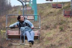 Счастливая девушка идет на подвесной подъемник Стоковая Фотография RF