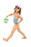 Счастливая девушка идя пристать к берегу Стоковые Изображения RF