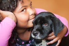 Счастливая девушка и disgusted собака Стоковое Изображение