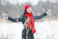 счастливая девушка, который побежали в лесе зимы Стоковое Изображение