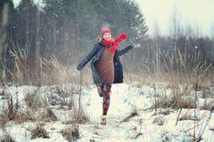 счастливая девушка, который побежали в лесе зимы Стоковые Фотографии RF