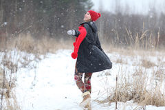 счастливая девушка, который побежали в лесе зимы Стоковые Изображения