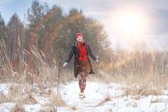 счастливая девушка, который побежали в лесе зимы Стоковые Изображения RF