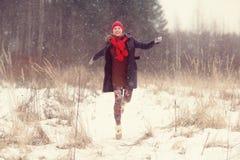 счастливая девушка, который побежали в лесе зимы Стоковое Фото