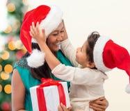 Счастливая девушка матери и ребенка с подарочной коробкой стоковое изображение rf