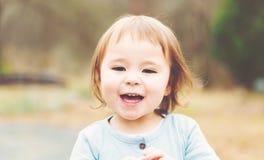 Счастливая девушка малыша играя снаружи стоковое фото rf