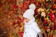 Счастливая девушка наслаждаясь в спортивной площадке Стоковое Изображение RF