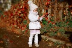 Счастливая девушка наслаждаясь в спортивной площадке Стоковое Фото